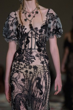 Alexander+McQueen+Spring+2017+Details+MMGxZzFOnpVl