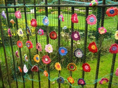 crocheted-flowers-yarn-bombing[1]